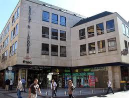 Le Centre Saint-Jacques , ses boutiques , ses cafés ...