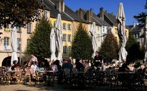 En face du café de la Moselle!